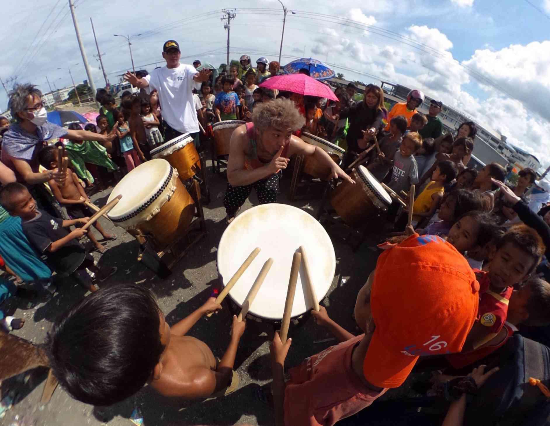 セブ島のスラム街でGocooの太鼓ワークショップ