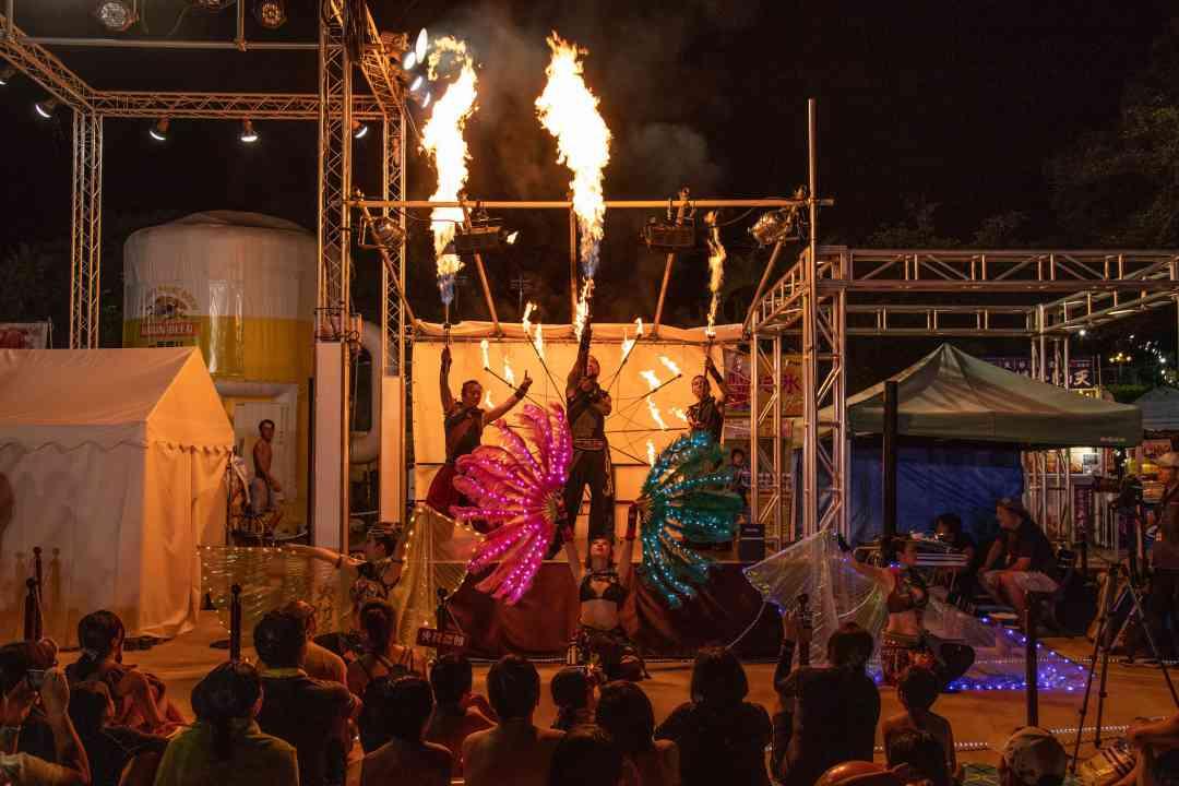 西武園ゆうえんちのプールの夏イベントを盛り上げるファイアーショー