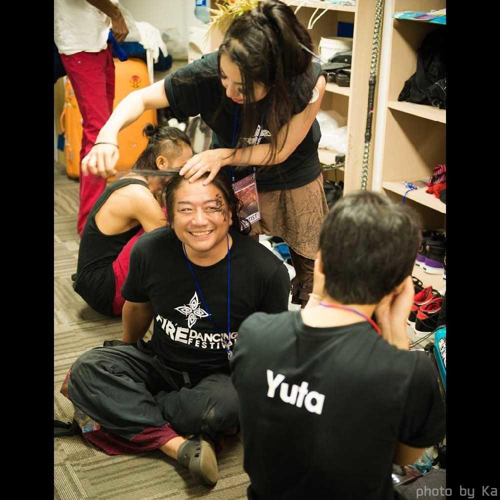 韓国ファイアーフェスティバルの控室で準備する出演者たち
