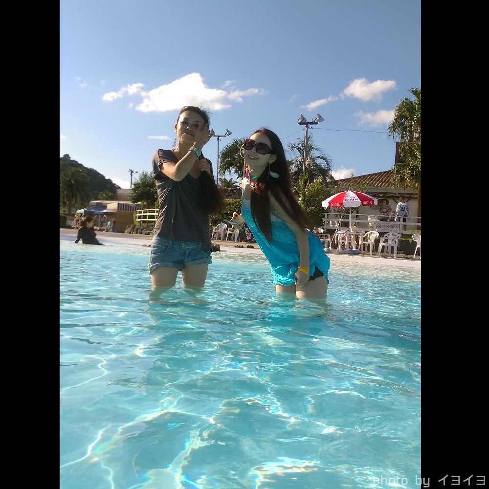 浜名湖レークサイドプラザホテルのプールで遊ぶダンサー