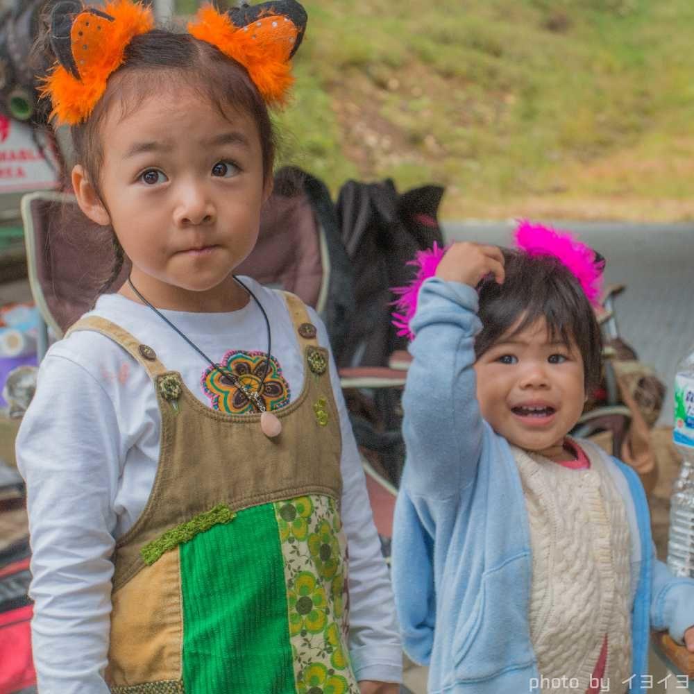 アウトドアフェス会場で遊ぶパフォーマーの子供たち