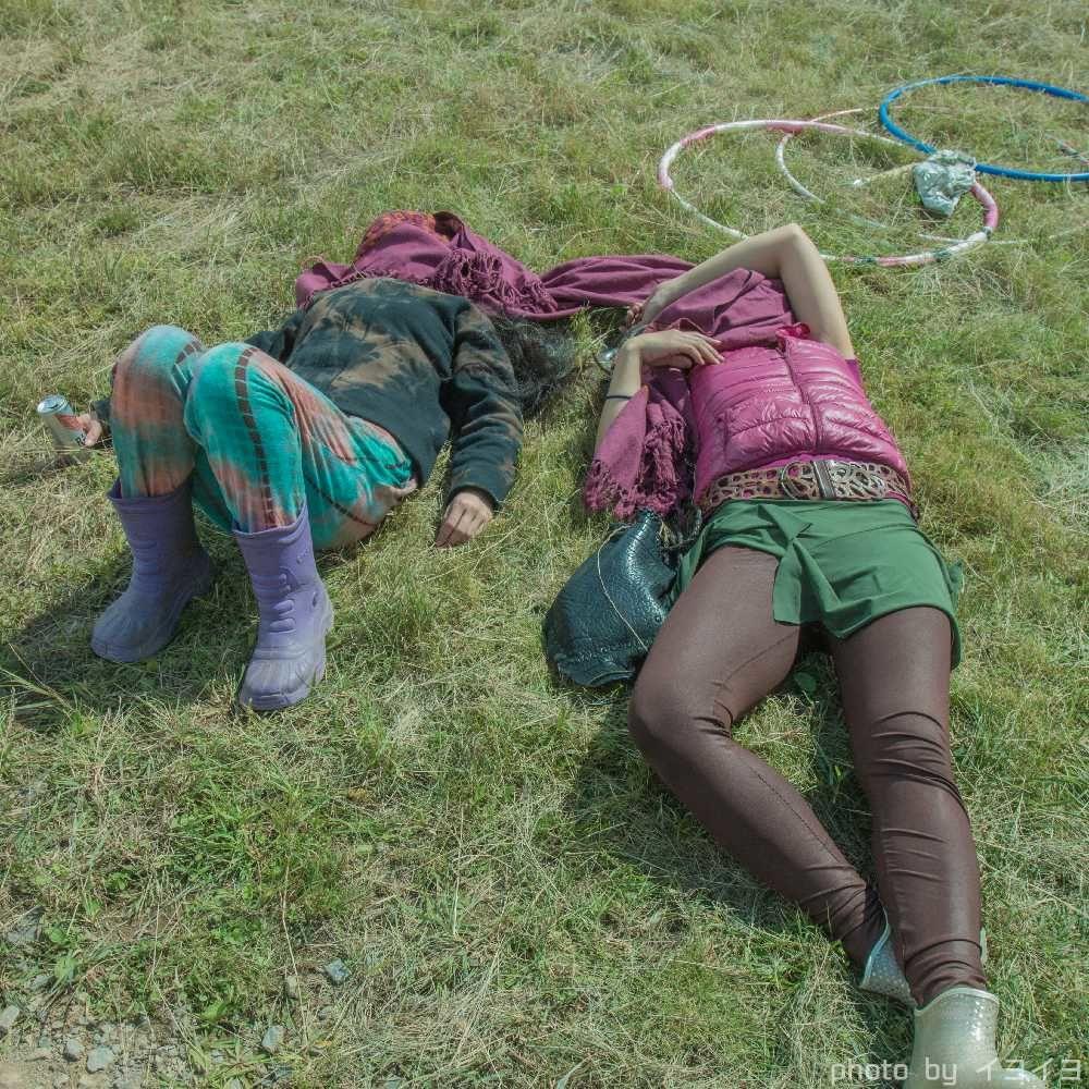 アウトドアフェス会場ので遊び疲れて眠るパーティピーポー
