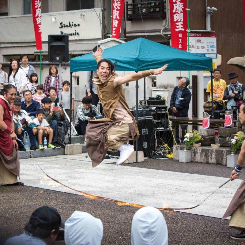 大須大道町人祭の火付盗賊の大道芸でファイアー縄跳び
