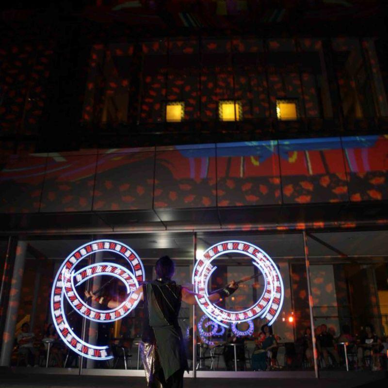 しいのき迎賓館のミュージアムウィークで、デジタル掛け軸の前でライトパフォーマンス