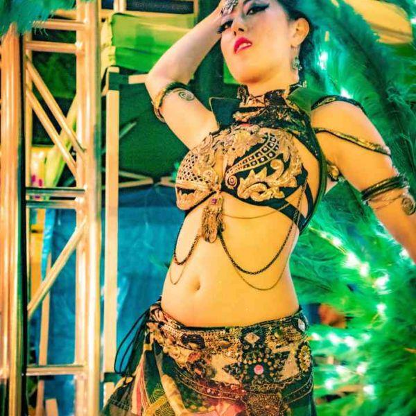 西武園ゆうえんちのプールの夏イベントを盛り上げるエキゾチックなベリーダンス
