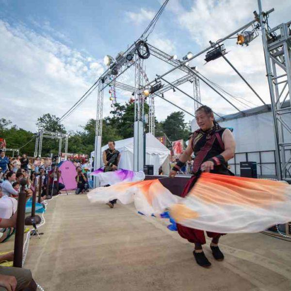 西武園ゆうえんちのプールの夏イベントを盛り上げる大道芸